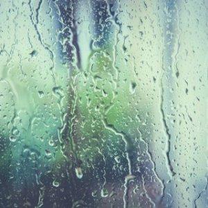 雨のガラス窓