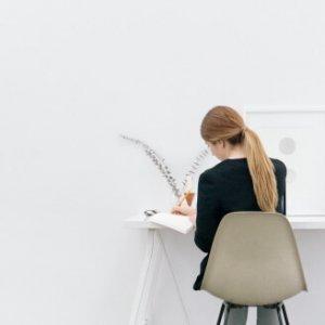 白い壁とノートをとる人